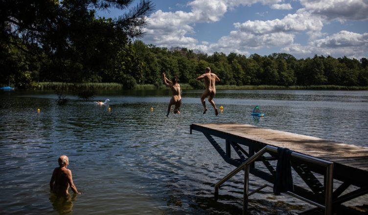 Nudistas en un lago en Alemania